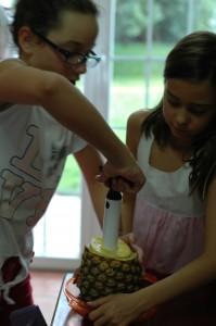 las enanas limpiando la piña.