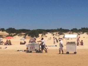 Patatas y bebidas en la playa.