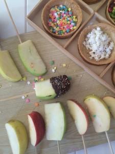 Gajos de manzana decorados.