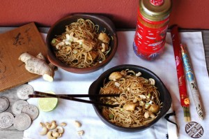 Fideos chinos con pollo con lima y jengibre.