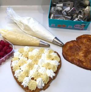 Crema pastelera y nata para el relleno del corazón.