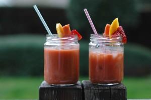 Smoothie de fresa, mango, papaya y aguacate.