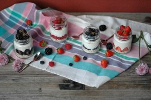 Yogurt con cereales y frutos rojos